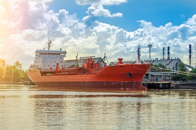 ポート内のばら積み貨物船。船は港に積み込み、トラック輸送します。