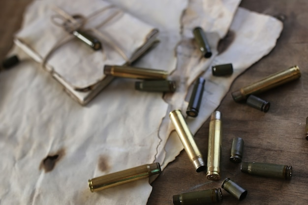 テーブルの上の弾丸とレトロな紙
