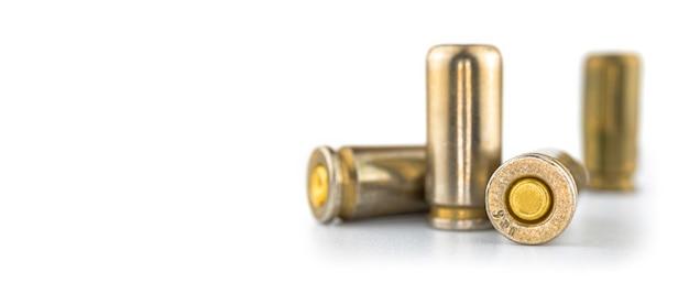 白い背景に分離された弾丸、銃の弾薬、9mmピストル、クローズアップ写真のバナー