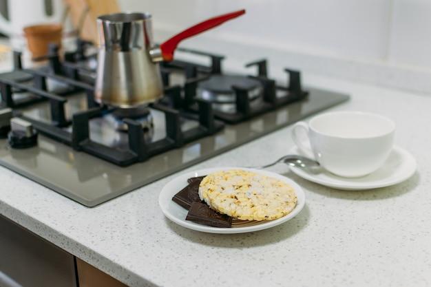 古、ケト、ケトン生成ダイエットのための防弾コーヒー調理プロセス