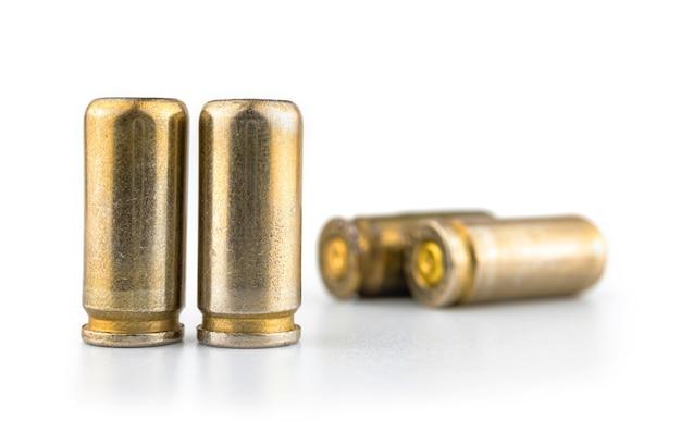 白い背景に分離された弾丸カートリッジ、銃のシェルの束、武器の弾薬