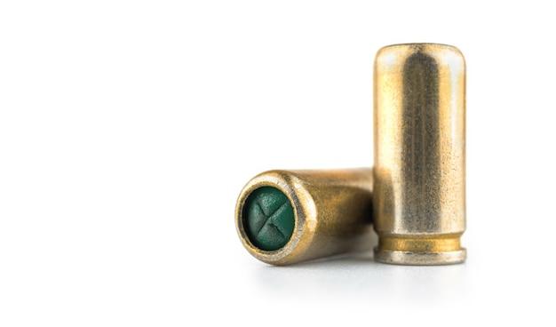 9mmピストルの弾丸、白い背景で隔離された銃の弾薬