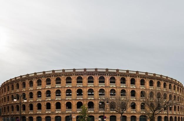 Арена для боя быков в центре валенсии на фоне облачного неба