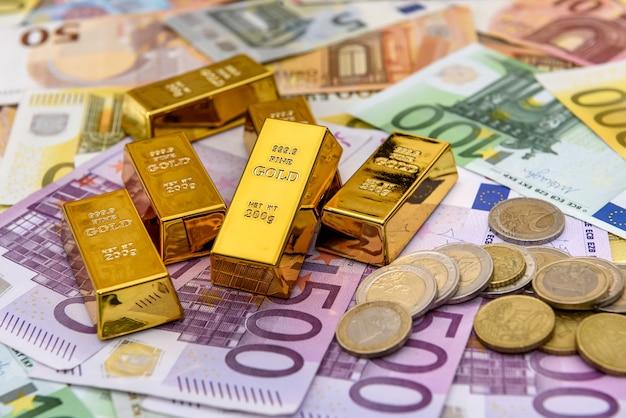 Слиток с монетами центов евро на фоне банкноты евро