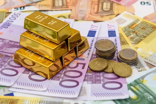 유로 지폐에서 유로 센트 동전과 덩어리 프리미엄 사진