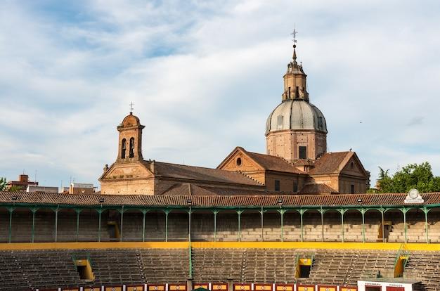 Буллинг ла капричоза в талавера-де-ла-рейна на фоне возвышающейся базилики на фоне облачного неба