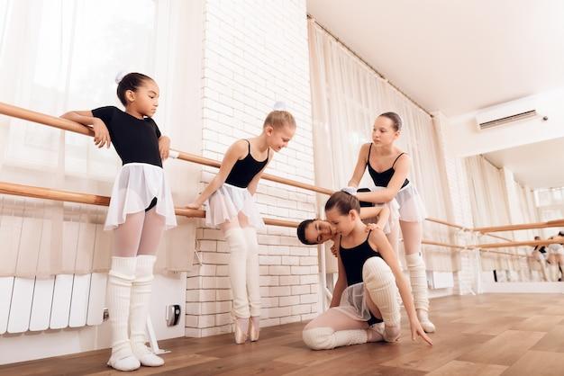 아동 발레 클래스 소녀를 괴롭히는 것은 아이를 강조했습니다.