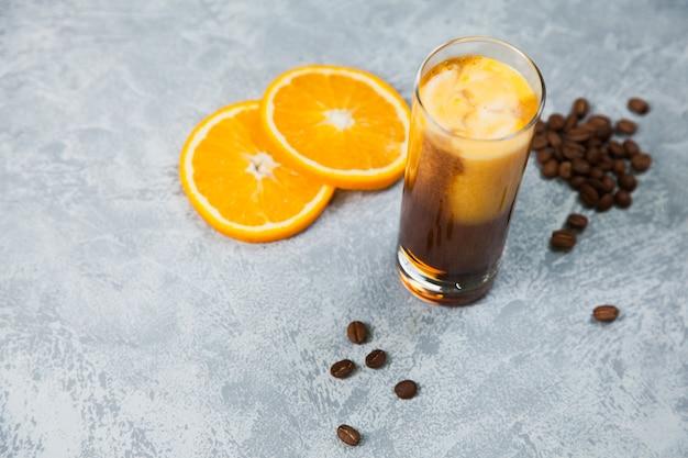 バンブルオレンジフレッシュジュースコーヒーアラビカエスプレッソビーンズダークチョコレート。コーヒーのコンセプトの時間。