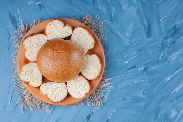 블루에 삼 베 냅킨에 접시에 롤빵과 슬라이스 빵.