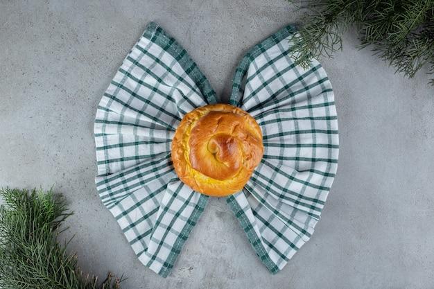 대리석 표면에 나비 넥타이 배열의 롤빵과 수건