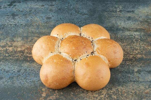Panino di pane bianco fresco su priorità bassa di marmo