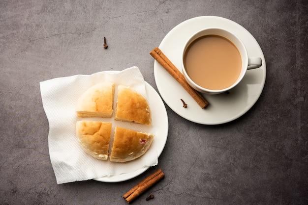パンマスカティーまたはバンマスカチャイコンボは、半分にカットされ、健康的なバター、ムンバイ料理を積んだレーズンがちりばめられたわずかに甘いパンが特徴です