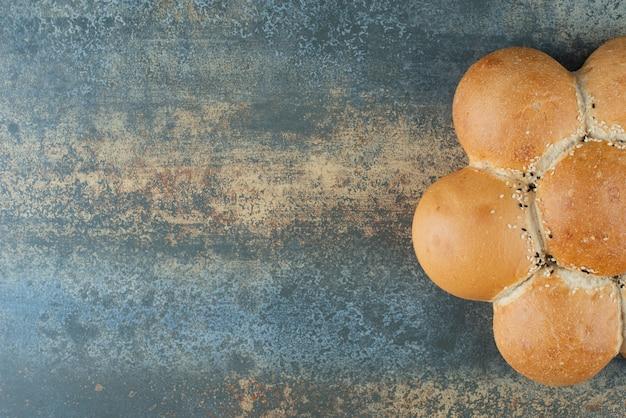 大理石の背景に焼きたての白パンのパン
