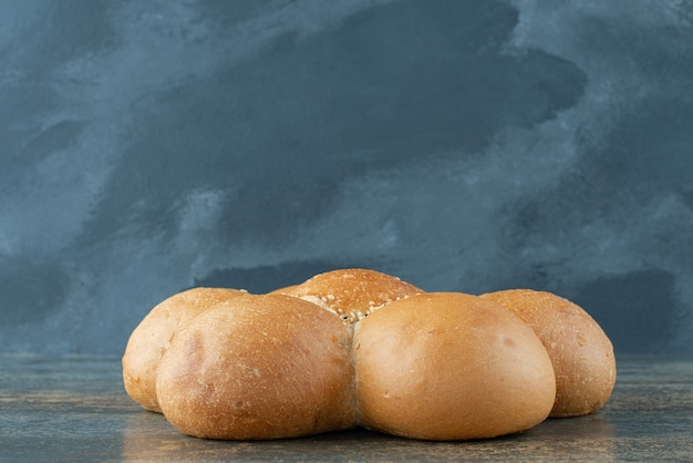 대리석 바탕에 신선한 흰 빵 롤빵