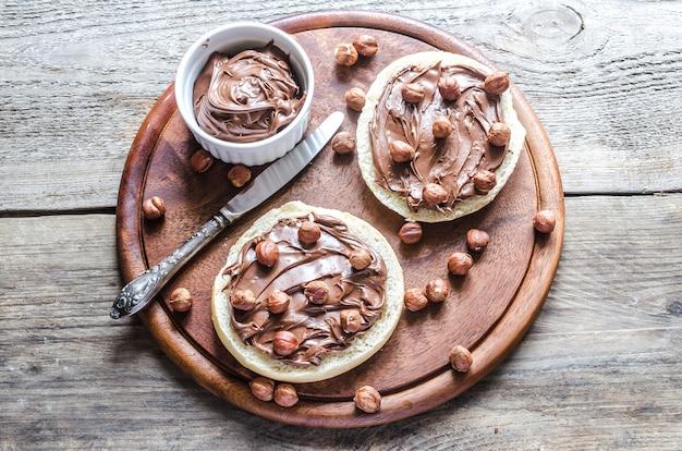 チョコレートクリームとナッツのパンのスライス