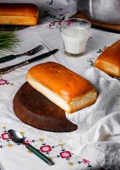 テーブルの上の牛乳とパン