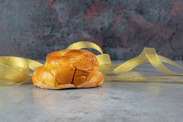 Un panino e nastri gialli su marmo