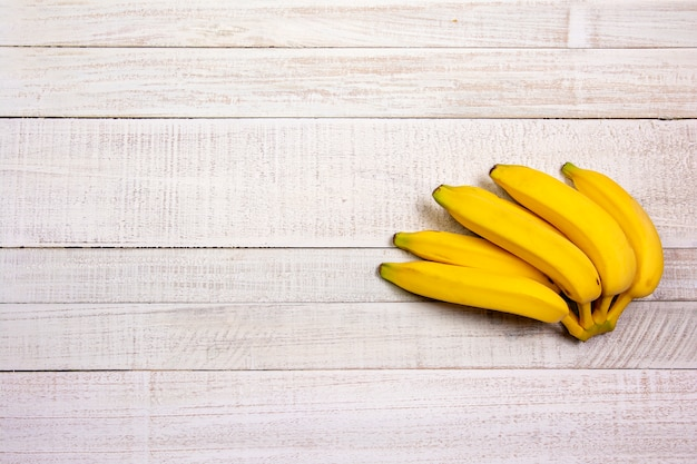 木製のテーブルに束バナナ