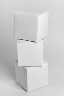 Mazzo di scatole su sfondo bianco