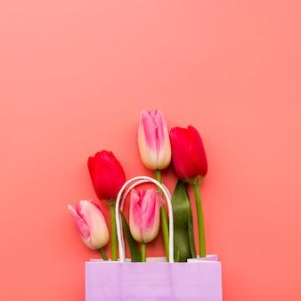 Mazzo di tulipani colorati nel pacchetto del mestiere