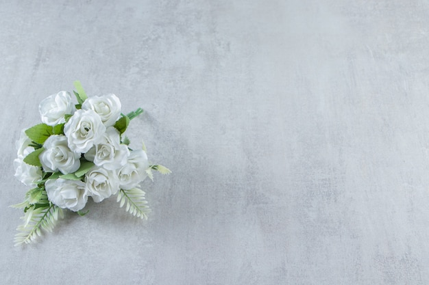 Un mazzo di fiori, su fondo bianco. foto di alta qualità