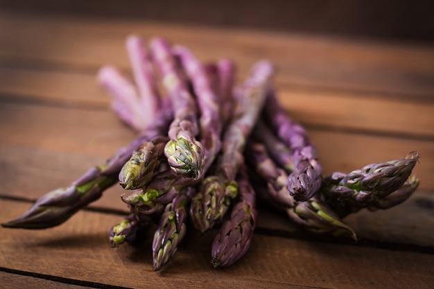 Mazzo di asparagi freschi