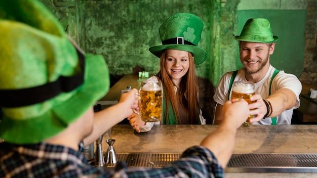Gruppo di amici che festeggiano st. la giornata di patrick al bar