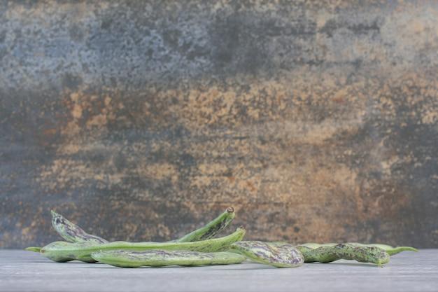 Mazzo di fagiolini posti sulla superficie grigia. foto di alta qualità
