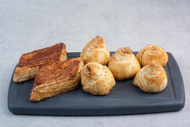 Mazzo di biscotti fatti in casa sul piatto scuro. foto di alta qualità