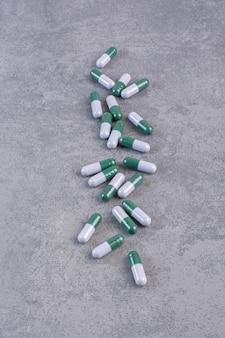 Mazzo di capsule mediche sul tavolo di marmo.