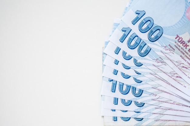 흰색 테이블에 100 터키 리라 지폐의 무리