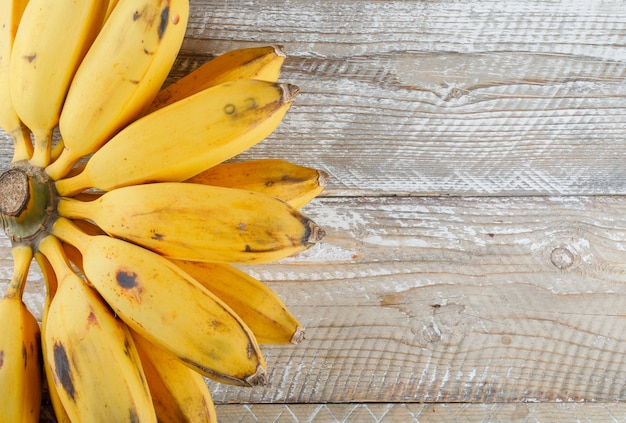 Связка бананов плоская лежала на деревянном