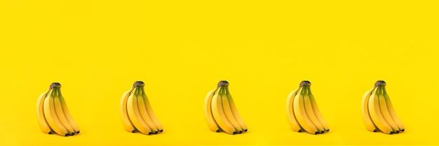 Связка бананов на желтом