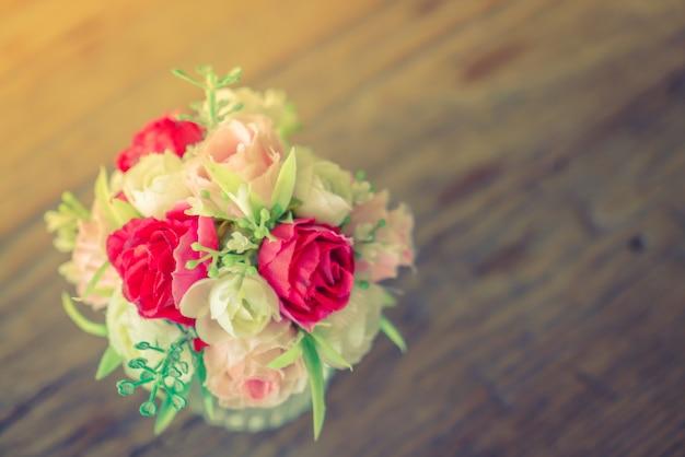 テーブルの上に美しい花の束(フィルタリングされた画像処理されたv