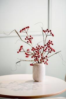 꽃병에 테이블에 열매의 무리
