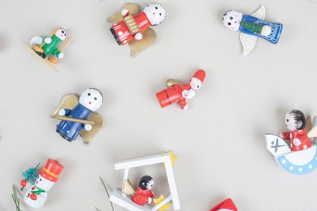 베이지 색 표면에 크리스마스 장난감의 무리