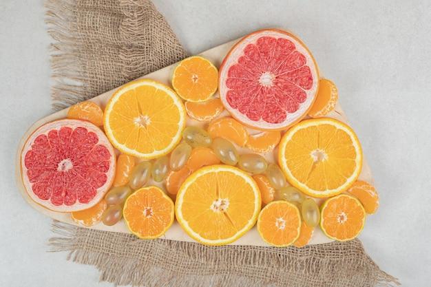 木の板に柑橘系の果物のスライスの束。