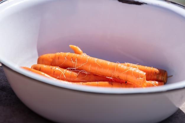 Букет из чистой и промытой моркови. крупным планом выстрел.