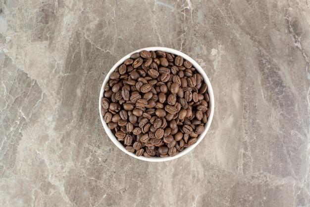 白いボウルにコーヒー豆の束