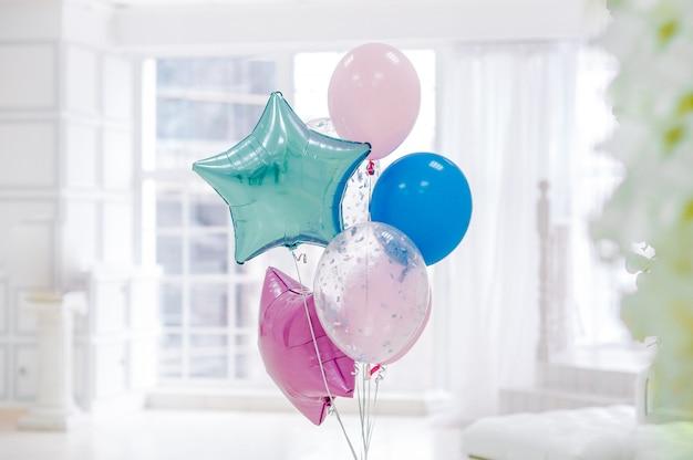 Букет из разноцветных шаров в комнате
