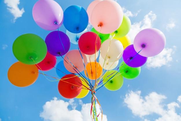 Букет из разноцветных шаров на фоне неба