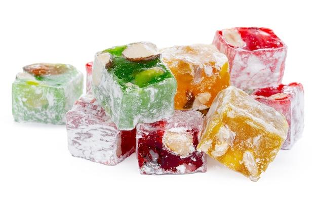 Букет из красочных сладостей рахат-лукум, изолированные на белом фоне