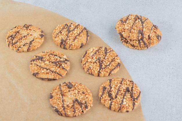 大理石の背景に一緒にバンドルされたクッキーの束。