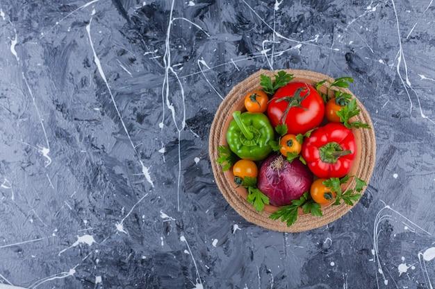 粘土のボウルにおいしい健康的な新鮮な野菜の束。