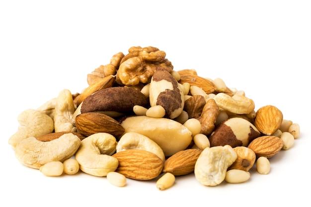 白の異なるナッツの束をクローズアップ。分離された各種ナッツ。