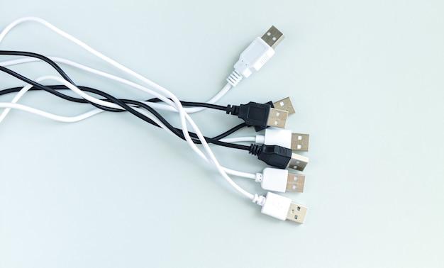 충전기 또는 연결 장치 용 다양한 usb 케이블 묶음 회색 표면에 평면도