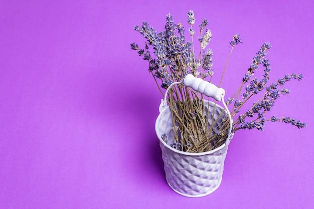 バケツの乾燥したラベンダーの花の束