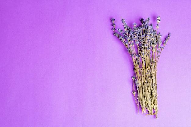 乾燥したラベンダーの花の束