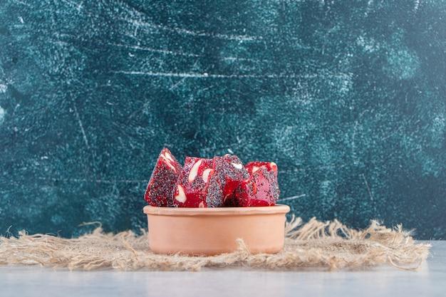 セラミックボウルにナッツと乾燥した赤い果実の果肉の束。 無料写真