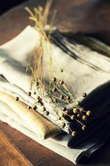 Букет из сухих растений льна на льняной ткани